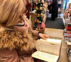 Natalia Ščerba v knihkupectví Kosmas